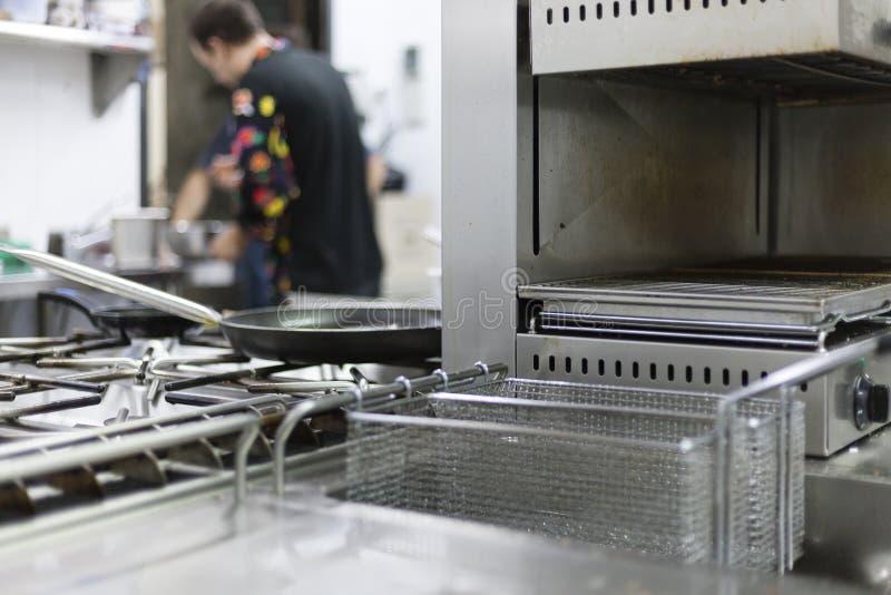 Профессиональная предпосылка кухни с оборудованием стоковая фотография