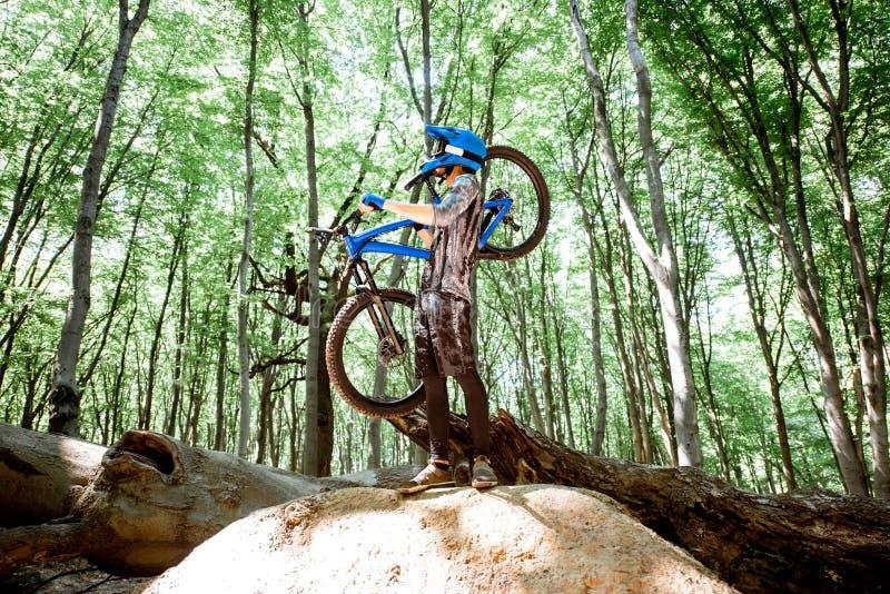 Профессиональное катание велосипедиста в лесе стоковая фотография rf