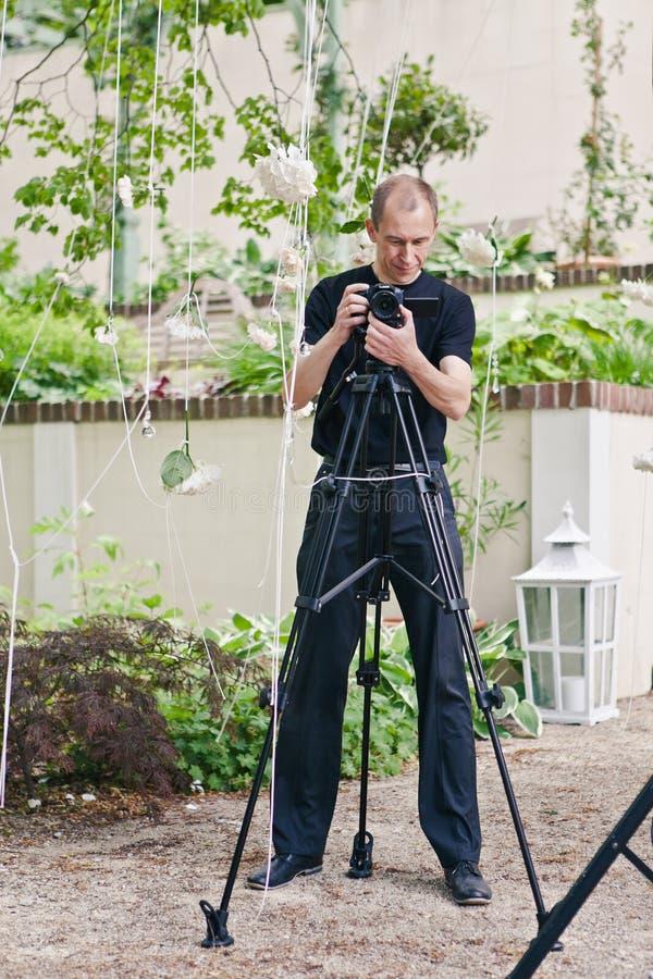 Профессиональное videographer фотографа подгоняет оборудование для снимать свадьбу, праздник или событие стоковое изображение