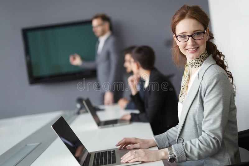 Профессиональные бизнесмены работая в офисе стоковые фото