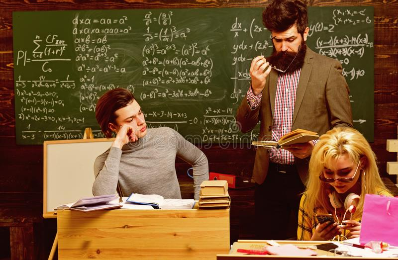 Профессиональные гувернеры специалисты в их академичном содержании Люди уча образование и концепцию школы - руки студентов стоковые фото