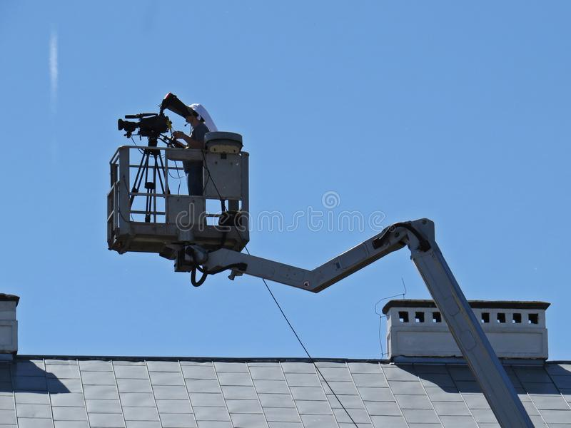 Профессиональные киносъемка и широковещание оператора на платформе в городе стоковые фото