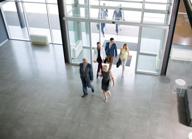 Профессиональные современные люди на пути в здании стоковая фотография rf