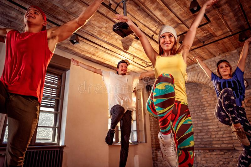Профессиональные современные танцы тренировки танцора в студии Спорт, dan стоковое фото rf