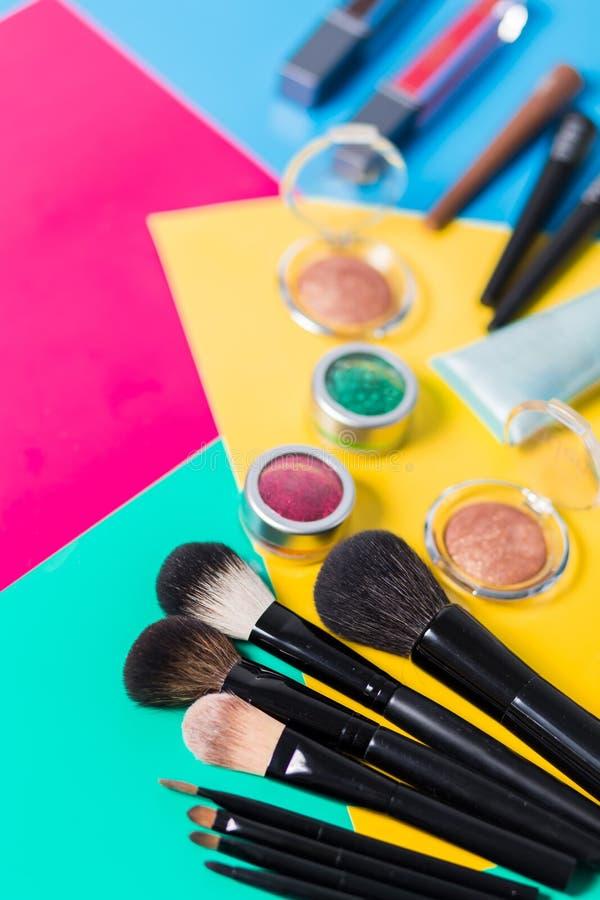 Профессиональные щетки различного размера для макияжа, тени для век щетки макияжа, брови, лоски губы в других цветах в стоковое изображение rf
