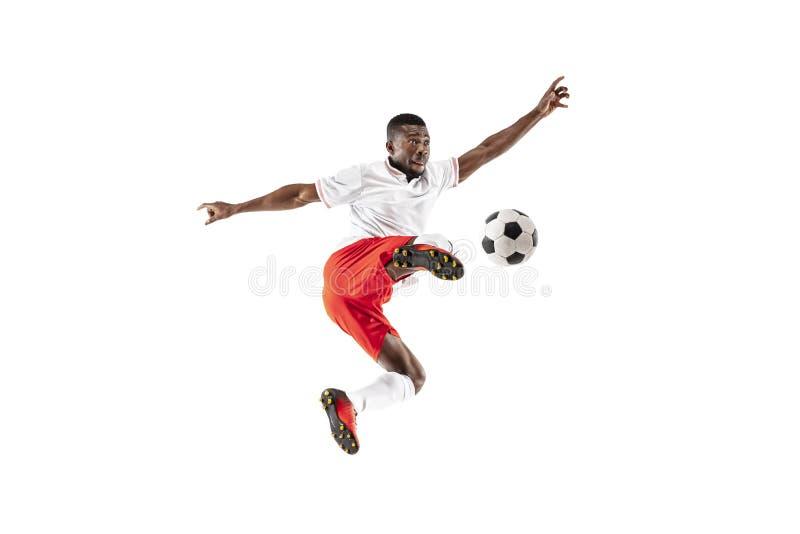 Профессиональный африканский футболист футбола изолированный на белой предпосылке стоковое изображение
