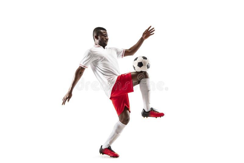 Профессиональный африканский футболист футбола изолированный на белой предпосылке стоковые фото