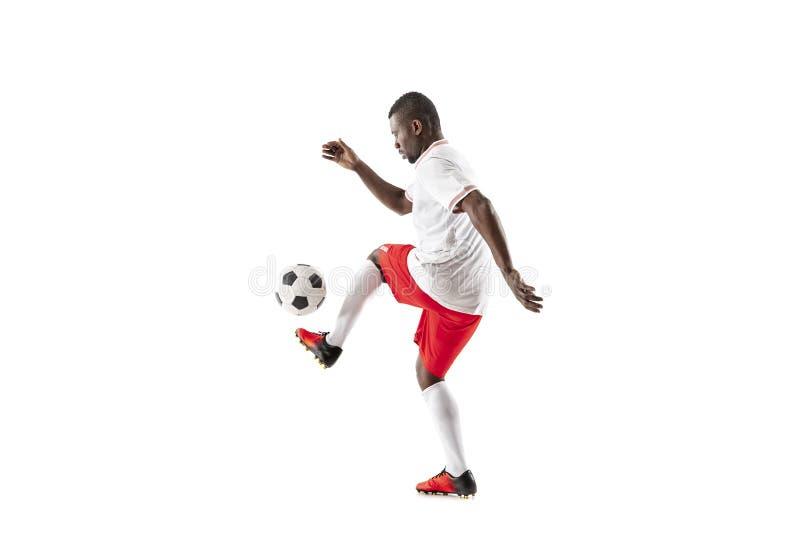 Профессиональный африканский футболист футбола изолированный на белой предпосылке стоковые фотографии rf