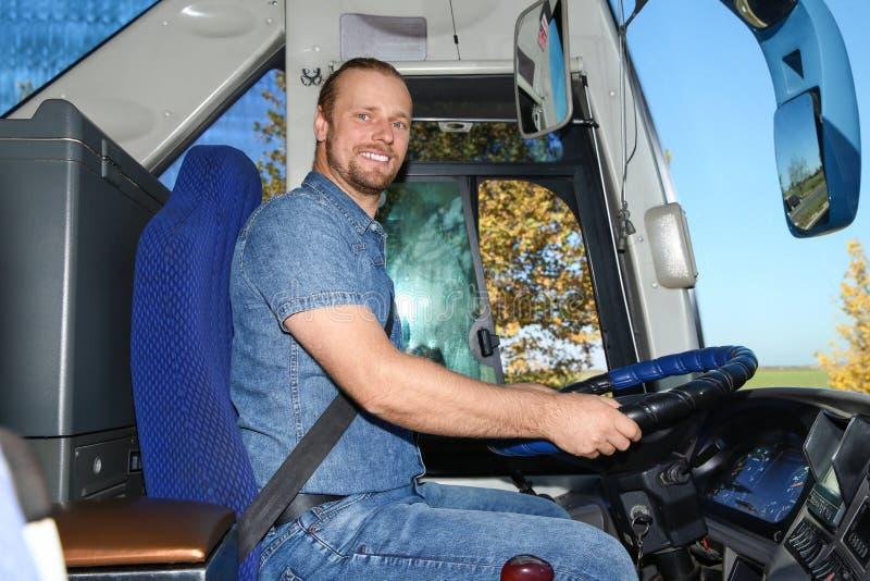 Профессиональный водитель автобуса на руле стоковое фото