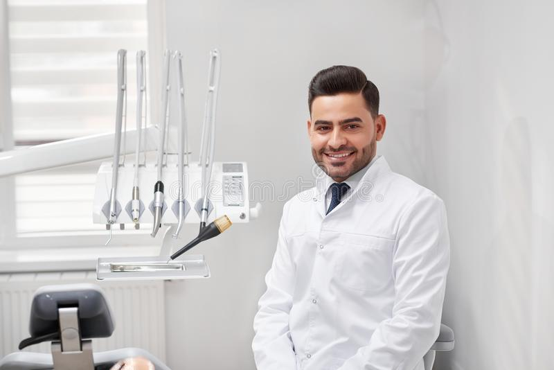 Профессиональный дантист на его клинике стоковое фото