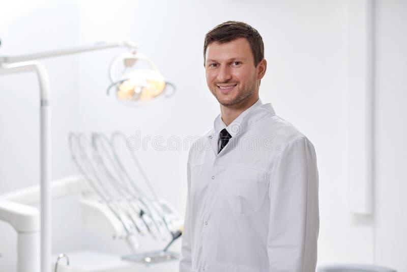 Профессиональный дантист на его клинике стоковые изображения rf