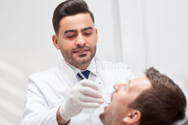 Профессиональный дантист на его клинике стоковая фотография rf