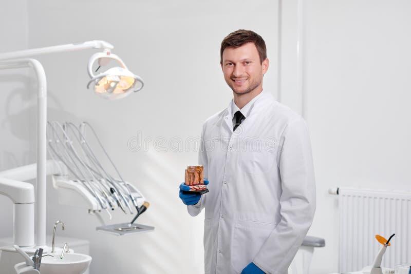 Профессиональный дантист на его клинике стоковые фотографии rf