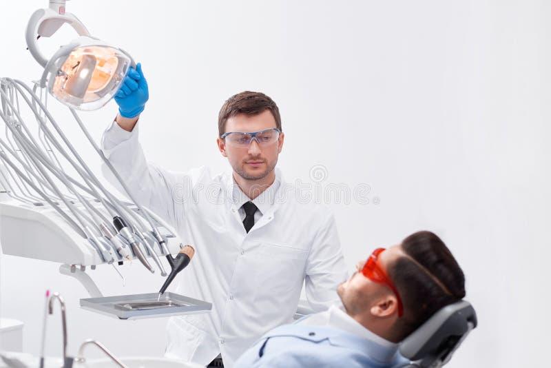 Профессиональный дантист на его клинике стоковые фото