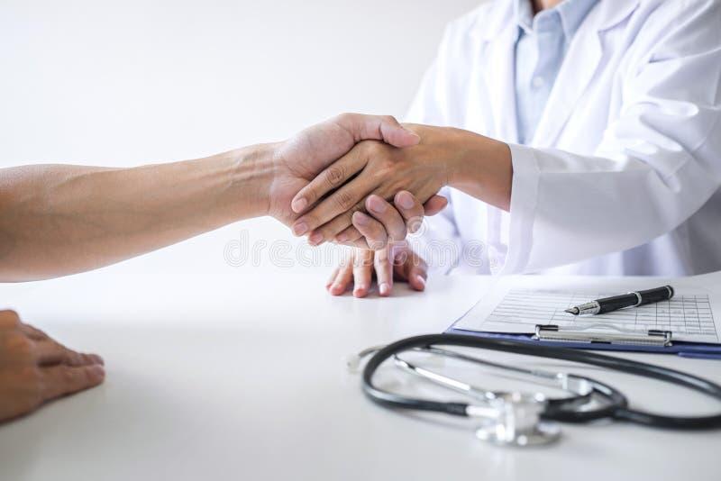 Профессиональный женский доктор в белом пальто тряся руку с пациентом после успешного рекомендует методы лечения после результато стоковая фотография