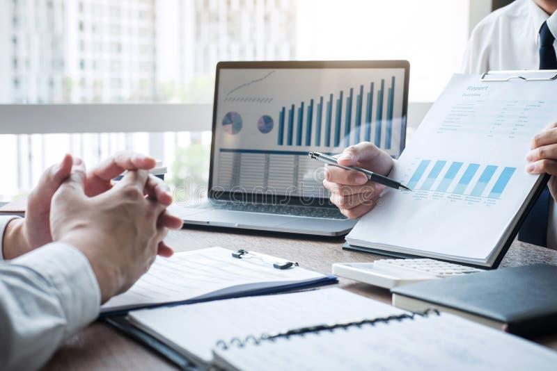 Профессиональный исполнительный менеджер, деловой партнер обсуждая маркетинговый план идей и проект представления вклада на встре стоковые изображения