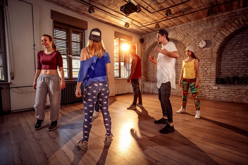 Профессиональный класс танцора в городском спортзале стоковые фото