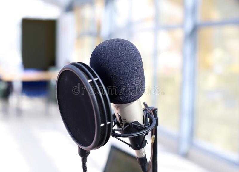 Профессиональный микрофон для вокальной записи стоковая фотография