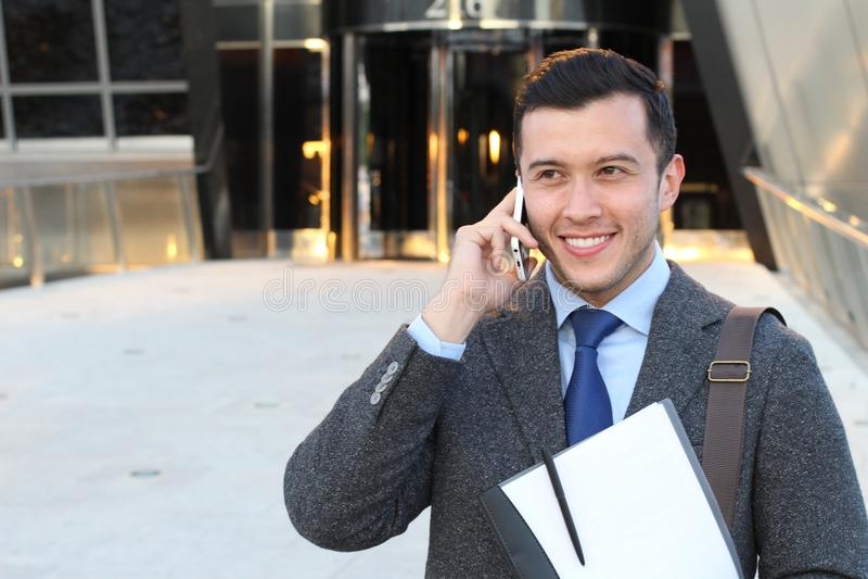 Профессиональный молодой этнический человек вызывая телефоном с космосом экземпляра стоковое фото