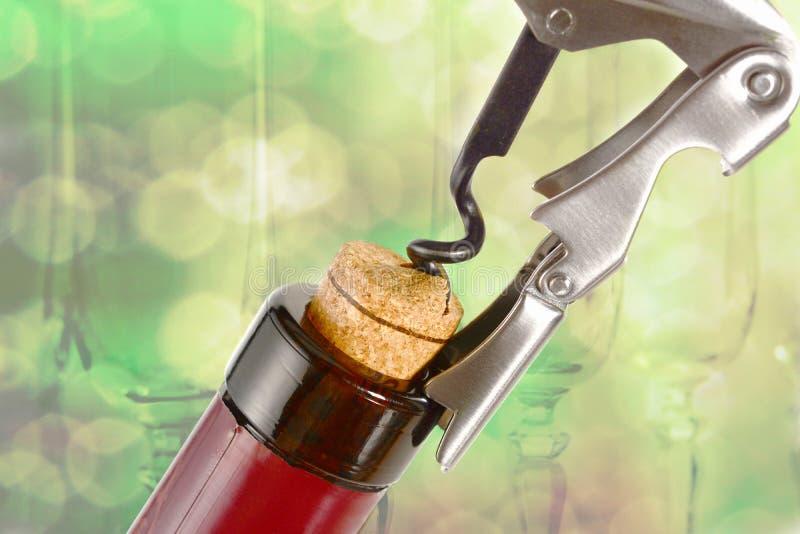 Профессиональный нож сомелье или официанта, вытягивает вне пробочку от бутылки красного вина Конец консервооткрывателя штопора и  стоковое фото rf