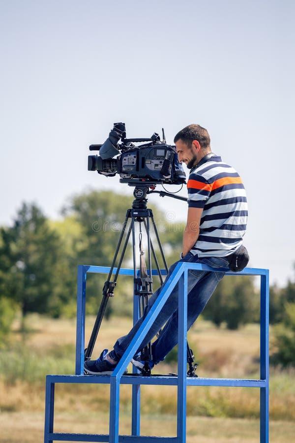 Профессиональный оператор с видеокамерой на рабочей платформе стоковые фотографии rf