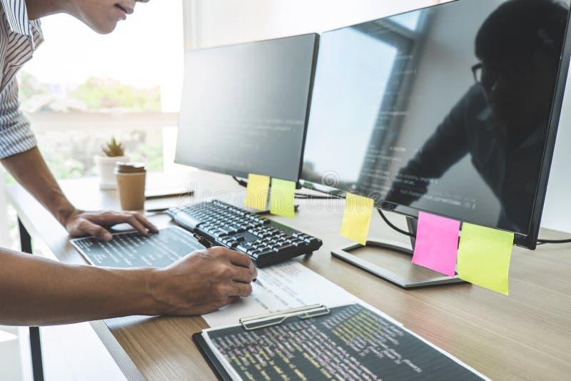 Профессиональный программист работая на превращаясь программировании и вебсайт работая в программном обеспечении начинают офис ко стоковые изображения
