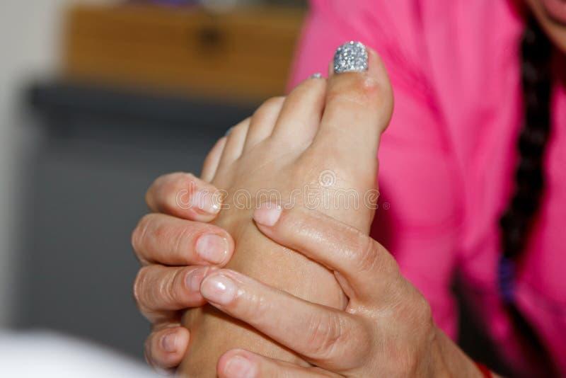 Профессиональный терапевтический массаж ноги Доктор женщины массажирует спортсмена в массажном кабинете тело и здравоохранение сп стоковое фото rf