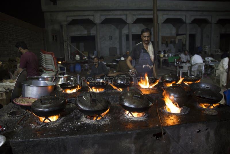Профессиональный шеф-повар в коммерчески внешний варить кухни стоковая фотография rf