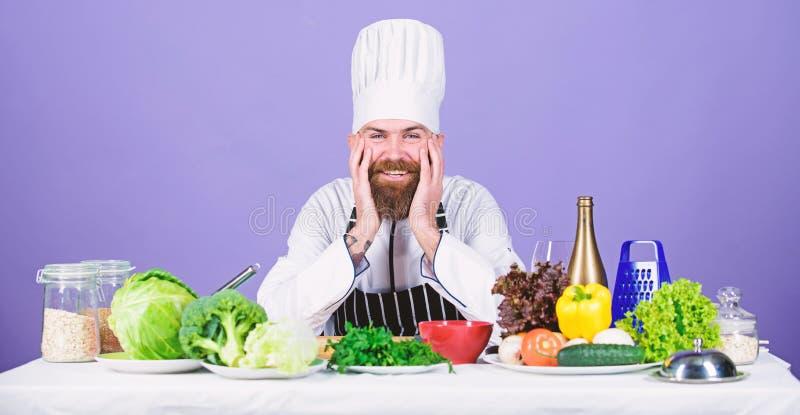 Профессиональный шеф-повар в форме повара уставший бородатый человек варя в кухне Dieting с натуральными продуктами t стоковые фотографии rf