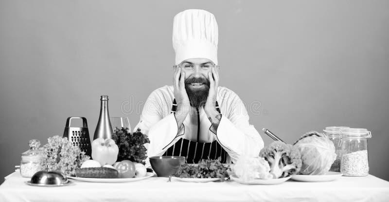 Профессиональный шеф-повар в форме повара уставший бородатый человек варя в кухне Dieting с натуральными продуктами t стоковое изображение rf
