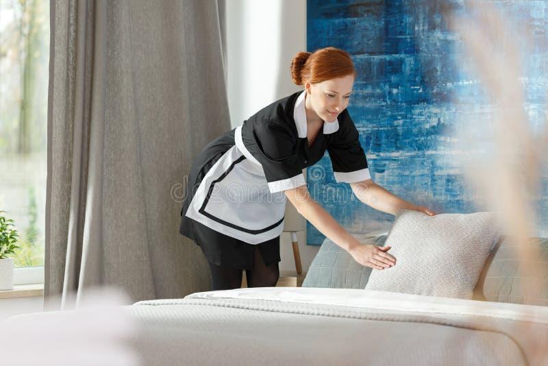 Профессиональный maidservant в гостинице стоковые изображения