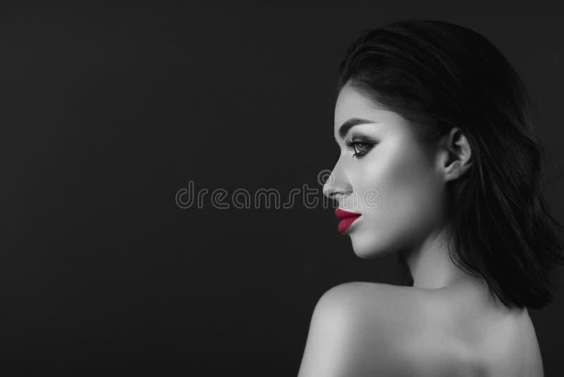 Профессионал составляет девушку брюнета Черно-белые единственные красные губы стоковые фотографии rf