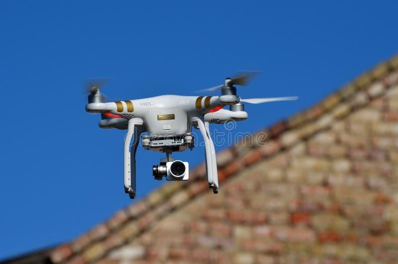 Профессионал фантома 3 quadrocopter трутня с высокой цифровой фотокамерой разрешения стоковое изображение rf