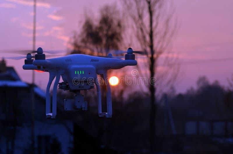 Профессионал фантома 3 quadrocopter трутня с высокой цифровой фотокамерой разрешения стоковая фотография