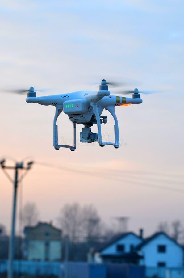 Профессионал фантома 3 quadrocopter трутня с высокой цифровой фотокамерой разрешения стоковое фото