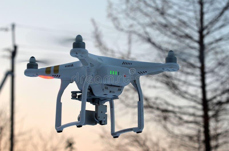 Профессионал фантома 3 quadrocopter трутня с высокой цифровой фотокамерой разрешения стоковое изображение