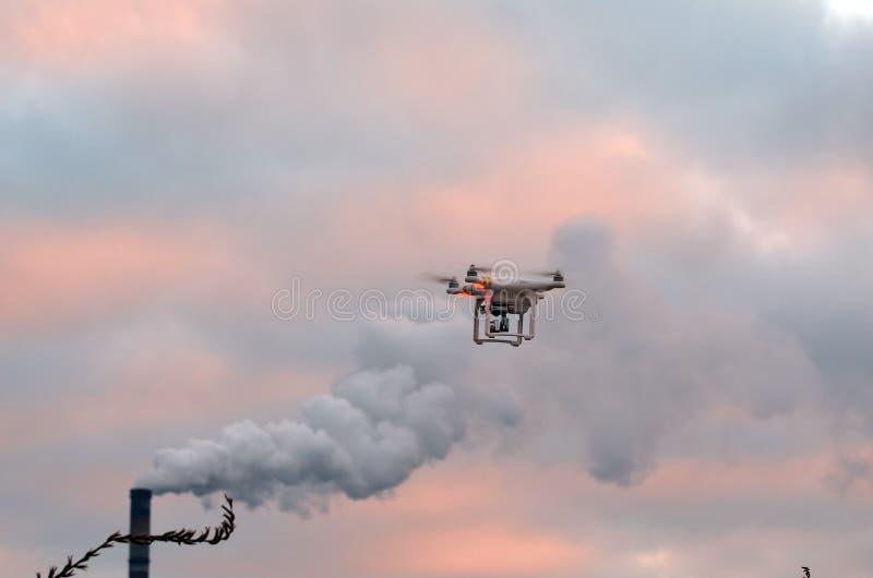 Профессионал фантома 3 quadrocopter трутня с высокой цифровой фотокамерой разрешения стоковые изображения rf