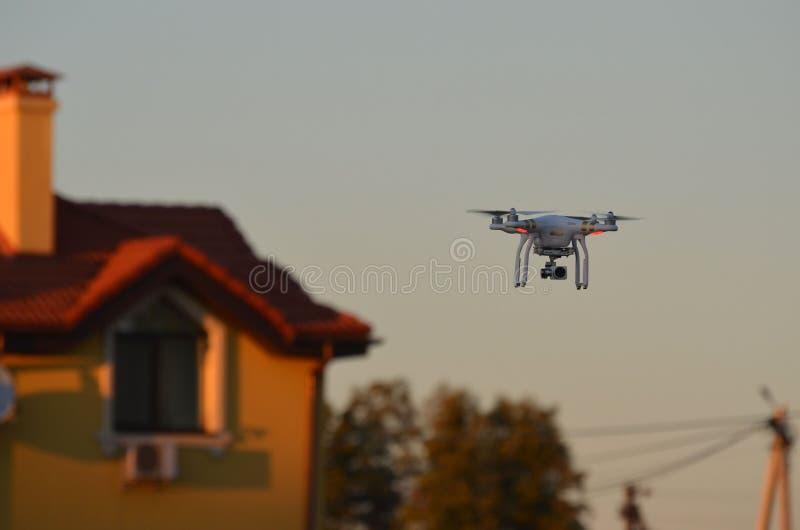 Профессионал фантома 3 quadrocopter трутня с высокой цифровой фотокамерой разрешения стоковое фото rf
