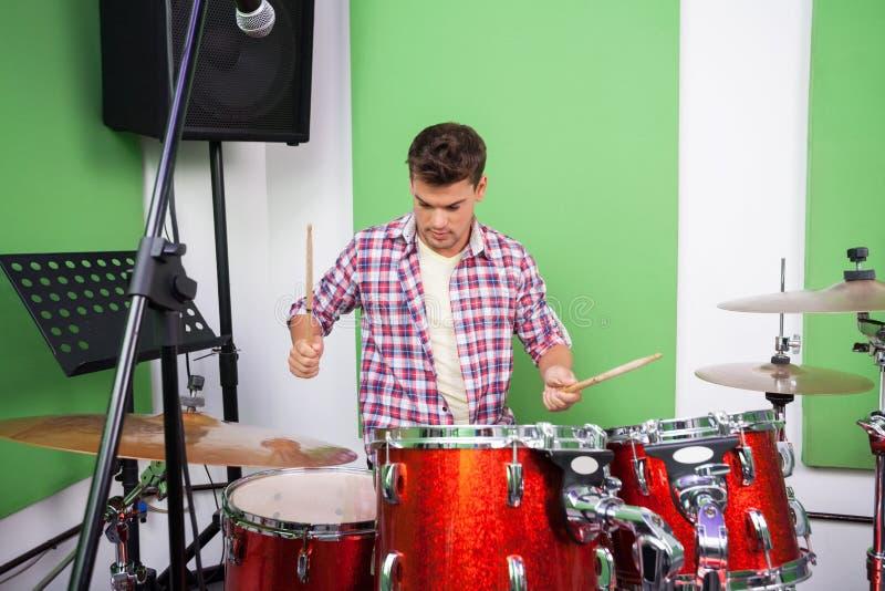 Профессионал играя барабанчики в студии звукозаписи стоковые фотографии rf