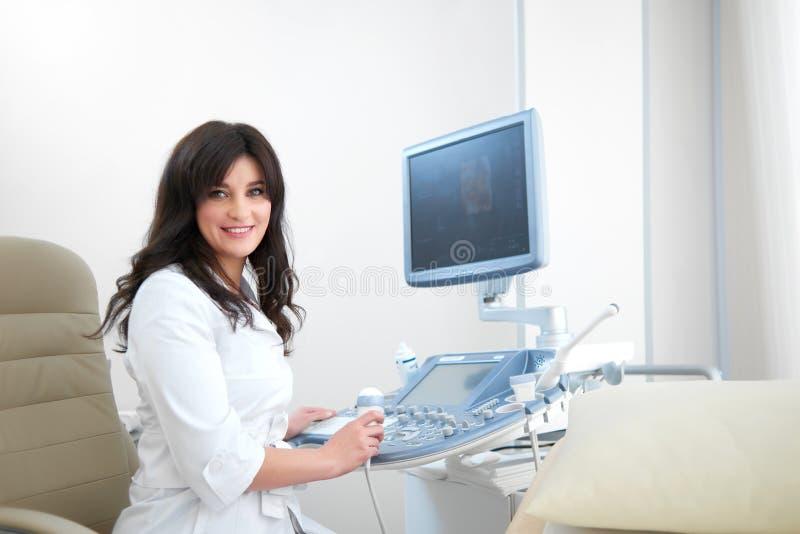 Профессиональная женская медсестра используя оборудование ультразвука стоковое изображение rf