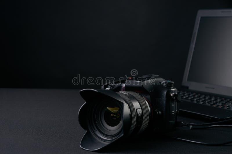 Профессиональная камера фотографии, современная компьтер-книжка, домашняя иллюстрация & оборудования стоковое изображение rf