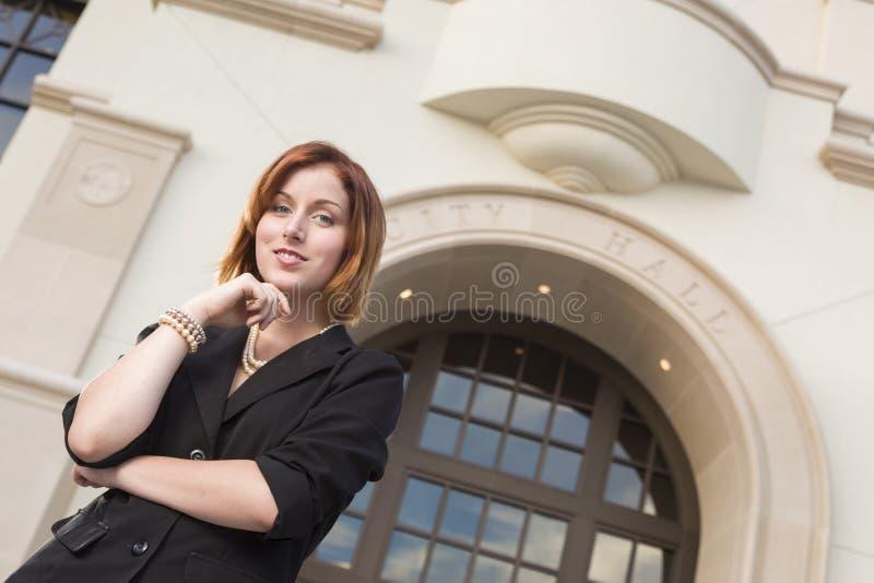 Профессиональная молодая коммерсантка снаружи перед здание муниципалитетом стоковая фотография rf