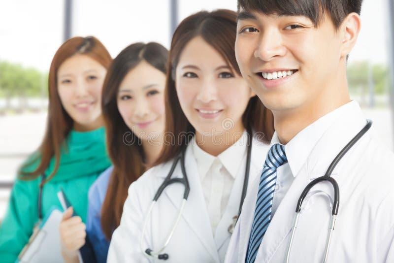 Профессиональное положение команды врача стоковые фотографии rf