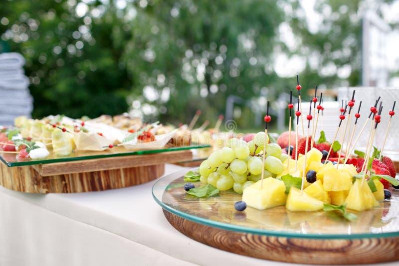 профессиональное ресторанное обслуживаниа Канапе с свежими фруктами праздничная еда стоковые фотографии rf