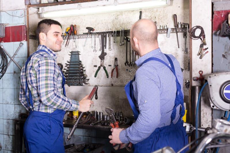Профессиональные военнослужащие в ремонтной мастерской стоковое фото