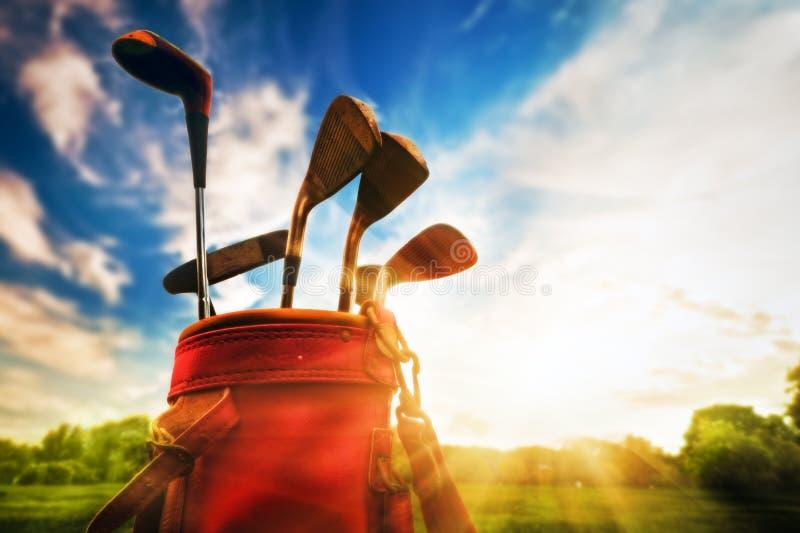 Профессиональные гольф-клубы на заходе солнца стоковое фото rf