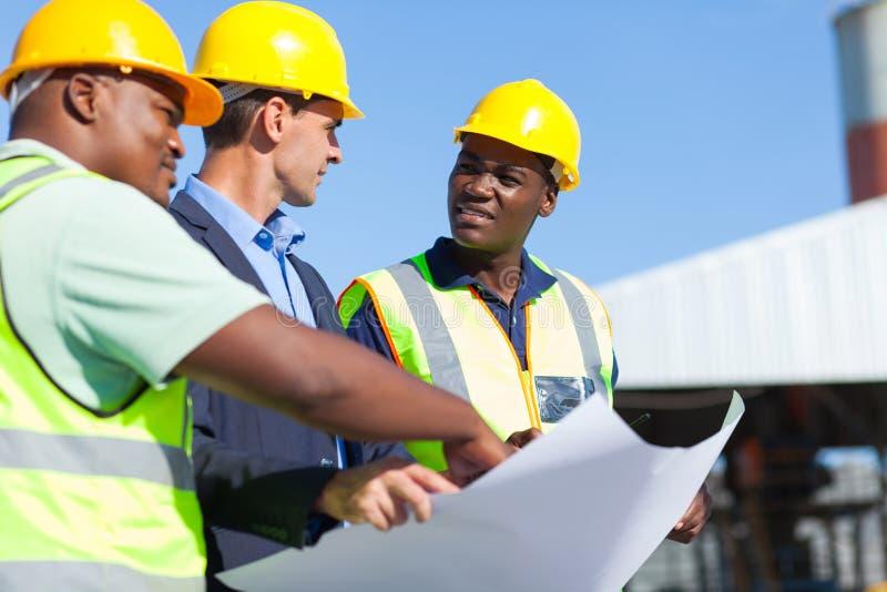 Профессиональные рабочий-строители стоковое изображение rf