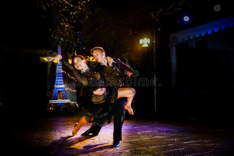 Профессиональные танцоры стоковые фото