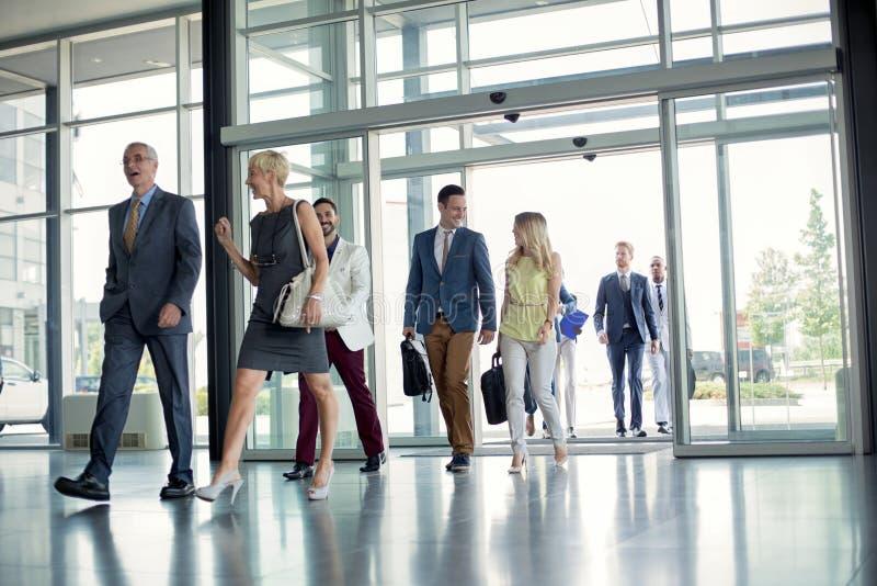 Профессиональные люди на пути в здании стоковое изображение rf