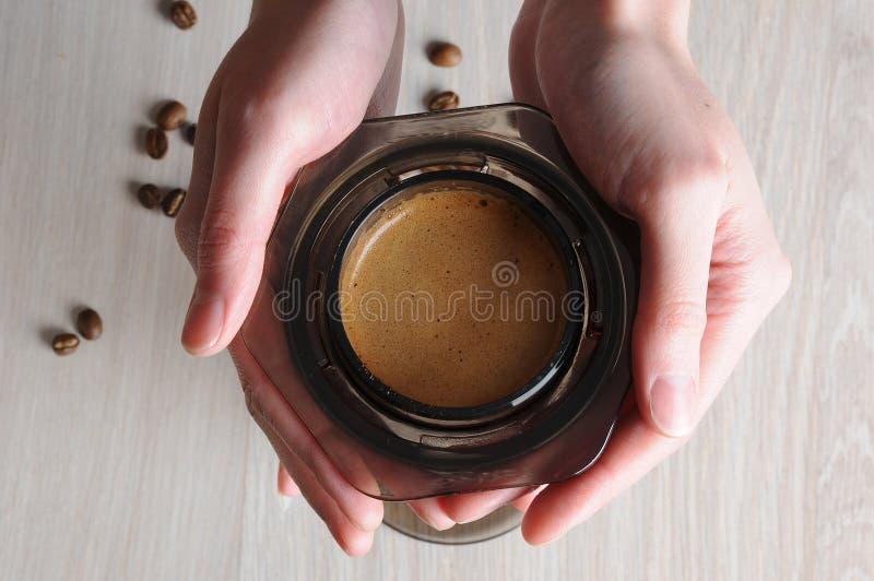 Профессиональные aeropress кафа заваривать кофе стоковые фотографии rf